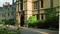 Buitenaanzicht Nutfield Priory Hotel and Spa