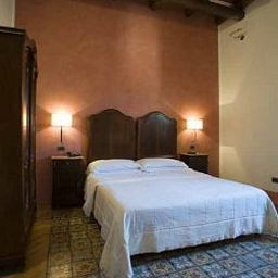 Room Carmine
