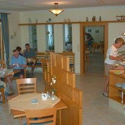 Die_Herberge_Pension-Podersdorf_am_See-Breakfast_room-435190.jpg
