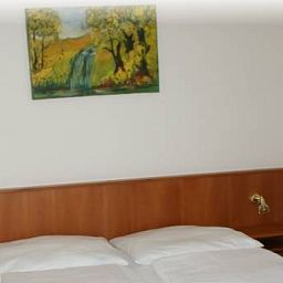 Koenigs_Cafe_Pension-Vienna-Room-520185.jpg