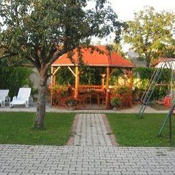 Mika_Vendeghaz-Buek-Garden-1-545588.jpg