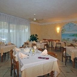 Breakfast room within restaurant Berta Fotos