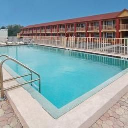 Piscine Econo Lodge  Inn & Suites Maingate Central