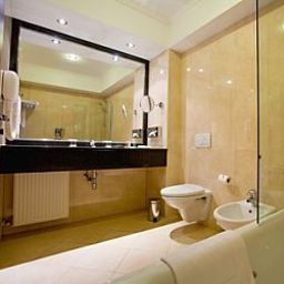 Camera da bagno Ramada Hotel & Suites Bucharest North