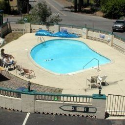 Piscina Cedar Inn and Suites