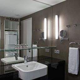 Bathroom Adina Apartment Hotel