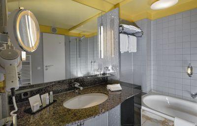 Crowne_Plaza_HANNOVER-Hanover-Bathroom-2-1786.jpg