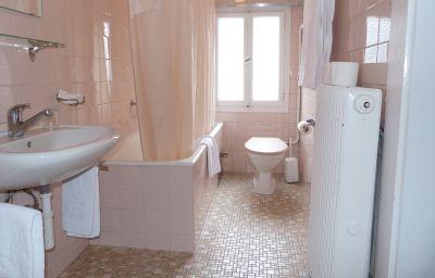 Helvetie-Montreux-Bathroom-13945.jpg
