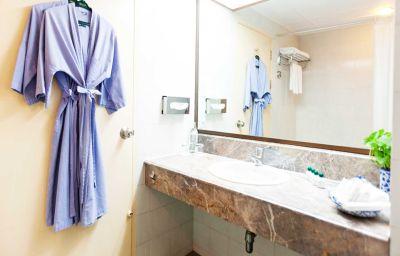 Bathroom Check Inn Regency Park