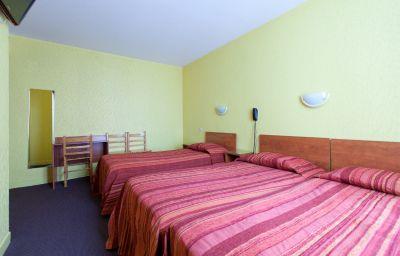 Caravelle-Paris-Triple_room-1-71010.jpg