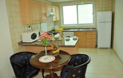 Cocina en la habitación Ramee Guestline 2 Hotel Apartments