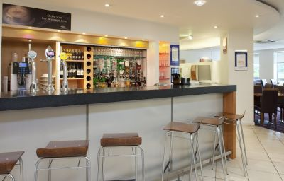 Holiday_Inn_Express_BEDFORD-Bedford-Hotel_bar-1-83356.jpg