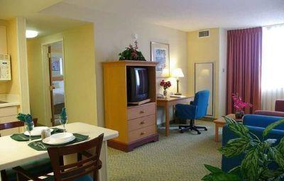 Hampton_Inn_-_Suites_-_Miami-Airport_South-Blue_Lagoon-Miami-Suite-2-139530.jpg