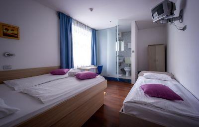 Emonec-Ljubljana-Triple_room-5-168572.jpg