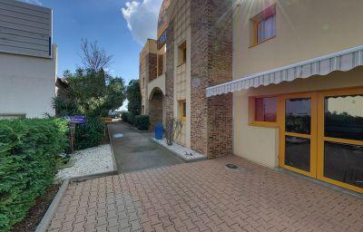 Ptit_Dej-HOTEL_Beziers-Est-Villeneuve_les_beziers-Hotel_outdoor_area-215092.jpg
