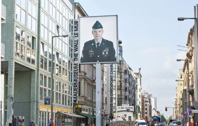 Winters_am_Checkpoint_Charlie-Berlin-Exterior_view-3-222492.jpg