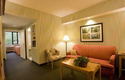 WILLIAMSBURG_WOODLANDS_HOTEL_AND_SUITES-Williamsburg-Room-5-381059.jpg