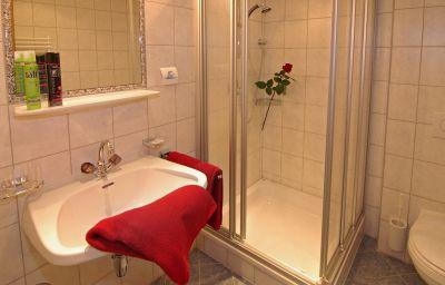 Haus_Romantik_Pension-Fuegen-Bathroom-433633.jpg