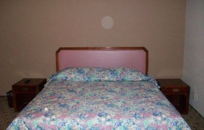 ECONOMY_INN_AND_SUI-Ashtabula-Room-2-451289.jpg