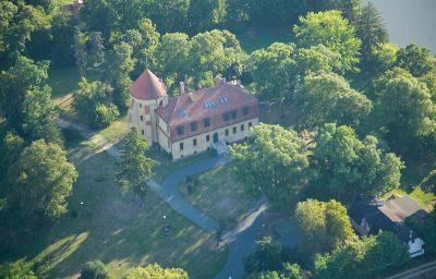 Zamek_Dobra-Dobroszyce-Exterior_view-587645.jpg