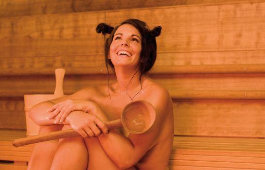 seks-sauna-devushka-video