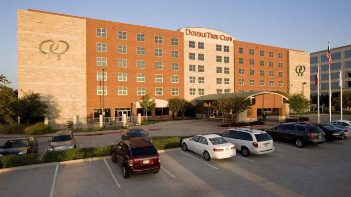 Buitenaanzicht DoubleTree by Hilton Dallas - Farmers Branch
