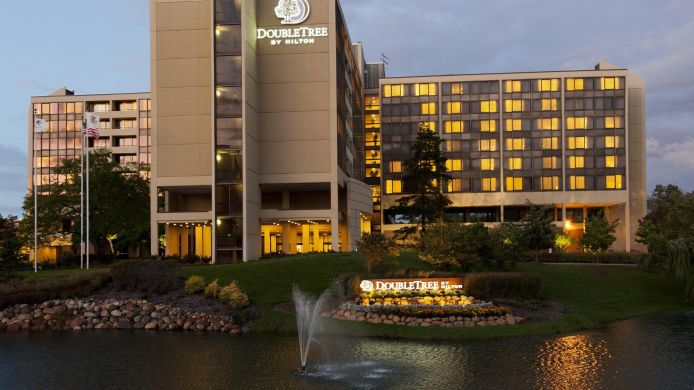 Buitenaanzicht DoubleTree by Hilton Chicago - Oak Brook