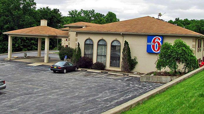 Exterior view MOTEL 6 HANNIBAL MO