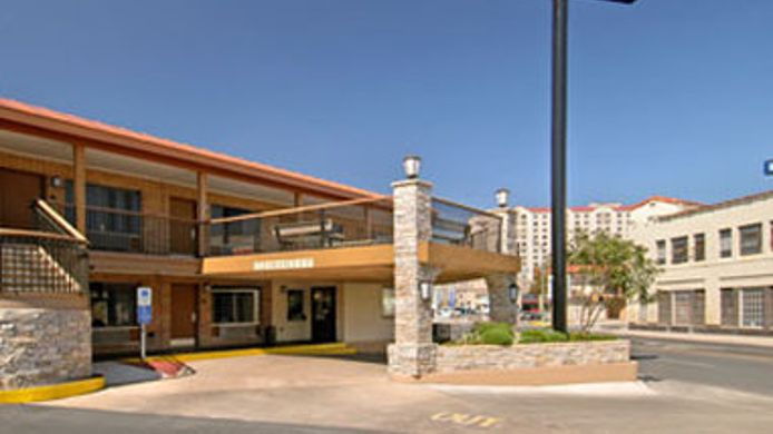 Exterior view DAYS INN ALAMO RIVERWALK