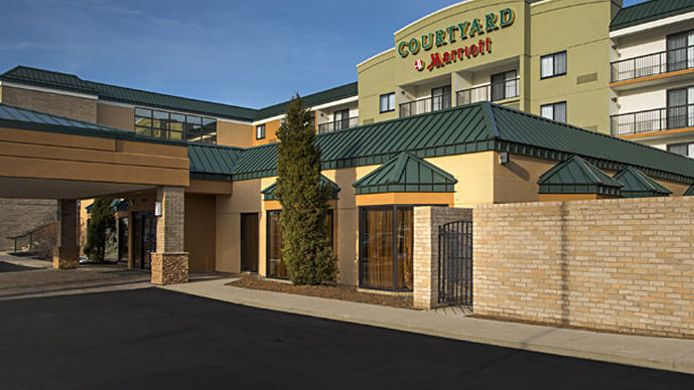 Exterior view Courtyard Cleveland Beachwood