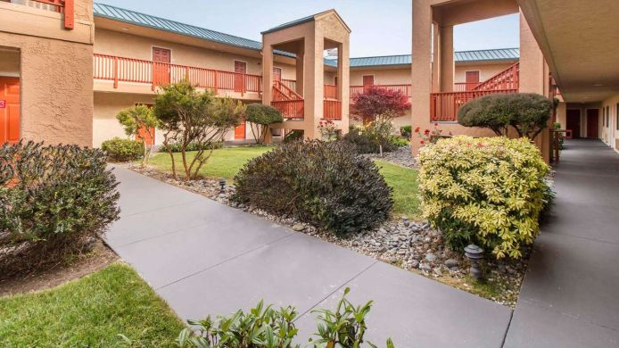 Exterior view Quality Inn & Suites Redwood Coast