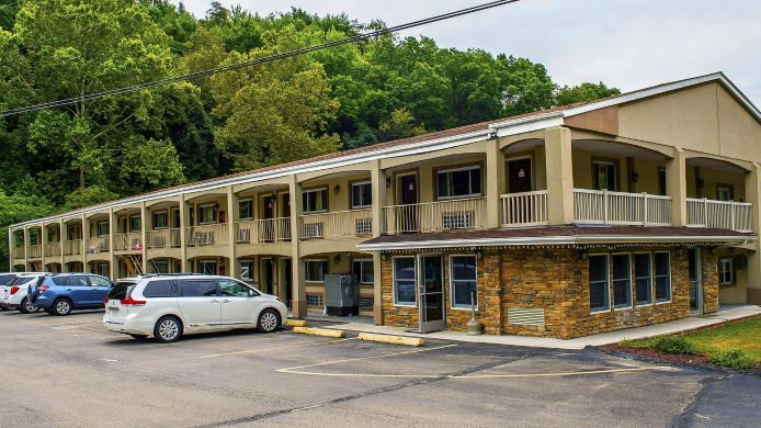 Exterior view Econo Lodge Jefferson Hills