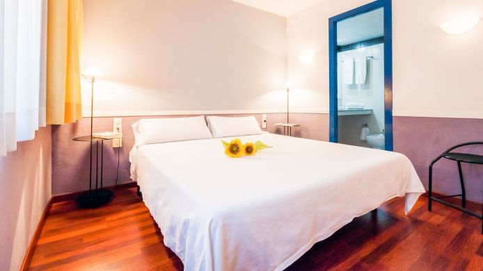Double room (standard) Descartes Apartamentos
