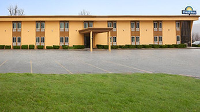 Exterior view Days Inn Harriman Near Woodbury Commons Outlets