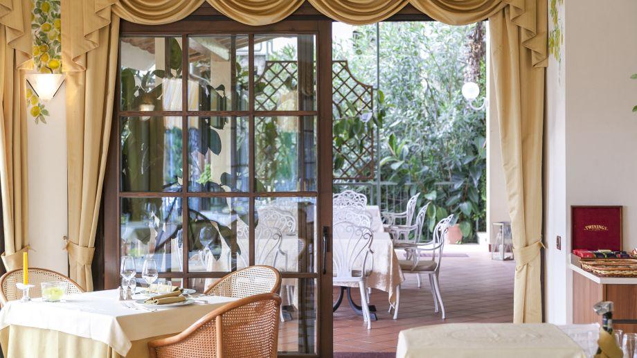 Des fenêtres d'hier et d'aujourd'hui. - Page 37 Madrigale-Costermano-Marciaga-Restaurant-2-395612