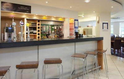 Holiday_Inn_Express_BEDFORD-Bedford-Hotel_bar-1-83356.jpg