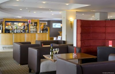 Holiday_Inn_Express_LONDON_-_LUTON_AIRPORT-Luton-Hotel_bar-5-87532.jpg