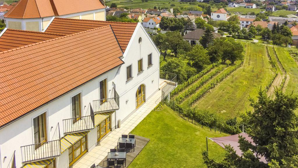Weingut Pension zum Seeblick Familie Sattler Jois Aussenansicht - Weingut_Pension_zum_Seeblick_Familie_Sattler-Jois-Aussenansicht-3-172702.jpg