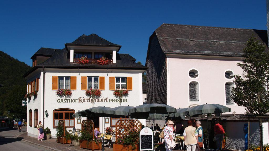 Am Dorfplatz Gasthof Hotel Kirchenwirt Strobl Aussenansicht - Am_Dorfplatz_-_Gasthof_Hotel_Kirchenwirt-Strobl-Aussenansicht-180563.jpg