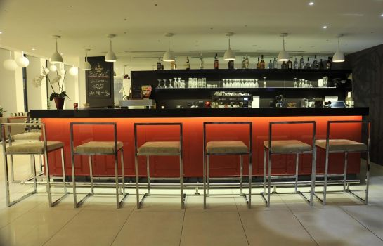 Bar del hotel Golden Tulip Reiss