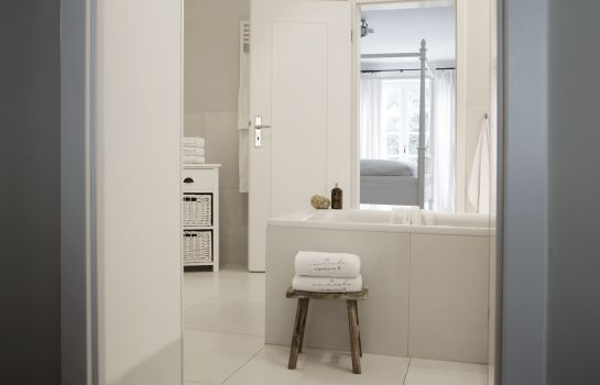 Badezimmer von Deska Townhouses Ivy House Apartment