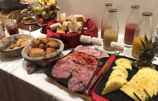 Breakfast buffet Brit Hotel aux Sacres