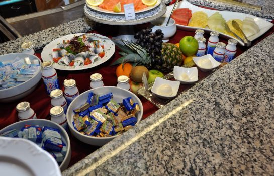 Buffet prima colazione Golden Tulip Olymp Suites & Apartments