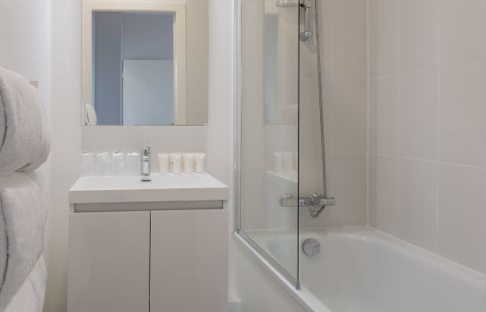 Bagno in camera QUALYS-HOTEL Nancy Centre Gare