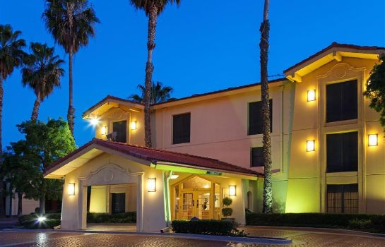 Exterior view Super 8 by Wyndham San Bernardino
