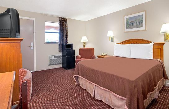 Zimmer Howard Johnson by Wyndham Tampa Airport/Stadium