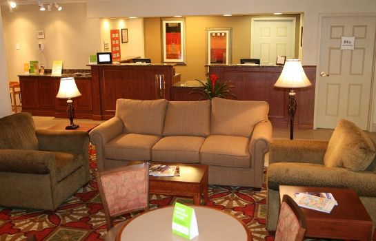 Hall de l'hôtel La Quinta Inn & Suites by Wyndham Cleveland Airport West