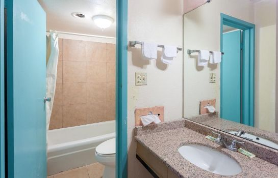 Cuarto de baño Bossier Inn and Suites
