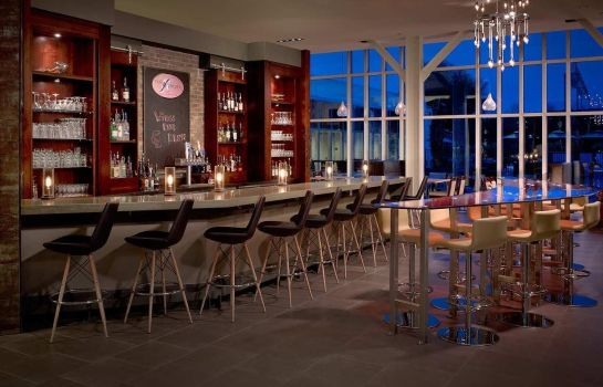 Hotel bar DoubleTree by Hilton Hotel and Suites Charleston Airport