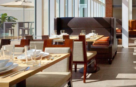 Restaurant DoubleTree by Hilton Hotel and Suites Charleston Airport